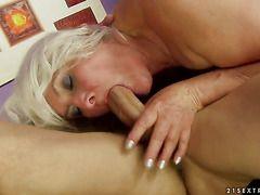 Порно зрелых женщин с молодыми любовниками