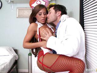 Порно доктор усыпил