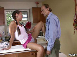 Порно молодых девушек со стариками