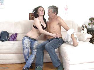 Порно зрелые раздеваются